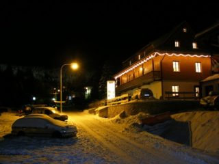 noční pohled na penzion skála