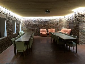 velká společenská místnost v penzionu skála