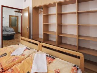 apartmán 2 - poličky