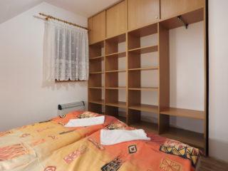 apartmán 5 - poličky