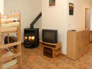 apartmán 1 obývací část s krbem a televizí
