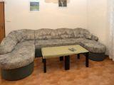 pohovka a malý stolek