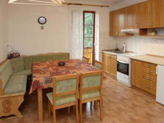 jídelní stůl a kuchyňka